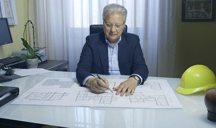 uomo seduto davanti alla scrivania